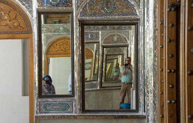 Das Haupthaus des Gartens wurde 1863 durch Mirza Ali Mohammad Khan Qavam im Architekturstil der Kadscharen unter Verwendung achämenidischer Baustilelemente erbaut und 1962 restauriert.