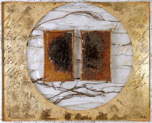 DURCH RAUM UND ZEIT; Blattgold, Bienenwaben, Wurzeln, Acrylglas, Leinen, Papier, 89x109,5x6,5 cm