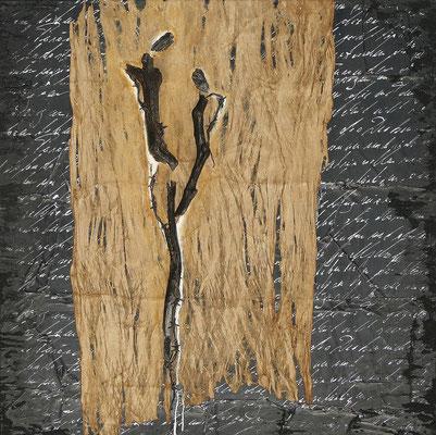 MIT LANGER GESCHICHTE; Baumrinde, Schwemmholz, Stacheldraht, Papier, Sand und Acryl auf Leinwand, 105x105 cm