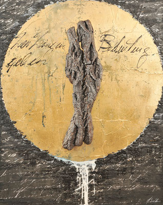 DEN DINGEN BEDEUTUNG GEBEN; Baumrinde, Blattgold, Sand, Acryl und Papier auf Leinwand, 120x95 cm