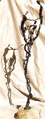FAMILIE; Geschmiedetes Eisen auf Bachstein, 164x42x32 cm