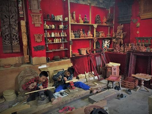 Atelier sculpture sur bois chez les frères Shilpakar