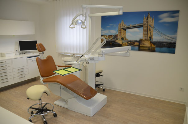 PVC-Planke in heller Holzoptik - verlegt in einer Zahnarztpraxis