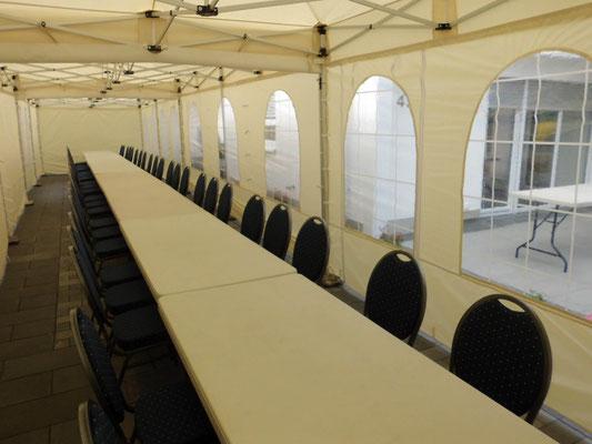 Mehrere Tische unter Pavillon