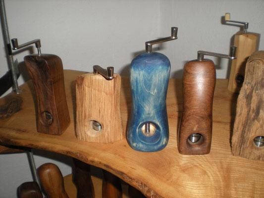 vier Musktamühlen Muskatreibe Unikat Holz Einzelstück