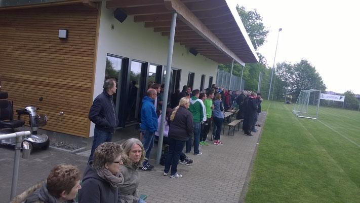 Viele Zuschauer durften ein torreiches Fußballspiel verfolgen.
