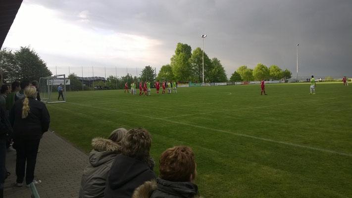 85. Minute: die Mannschaften formieren sich zum Freistoß für die Spvgg.