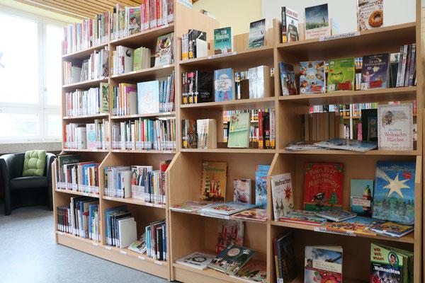 links: Sachbücher / rechts: Austauschbücher von Würzburg und Ausstellungsbücher (Weihnachten)