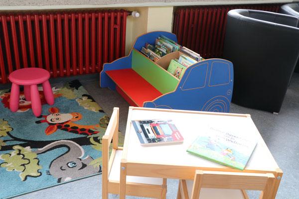 Bilderbuchauto und Kinder-Sitzgelegenheiten