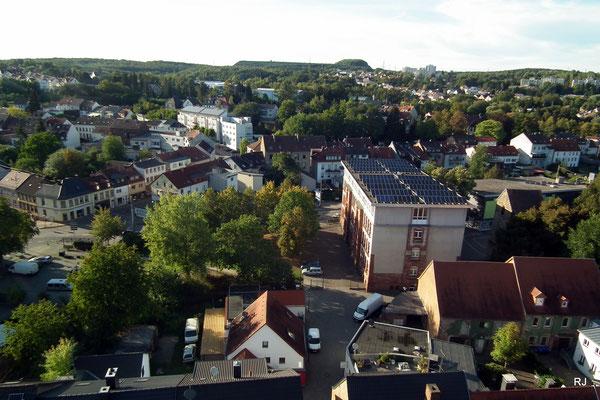 Dudweiler, Turmschule, Im Hintergrund Halde Lydia