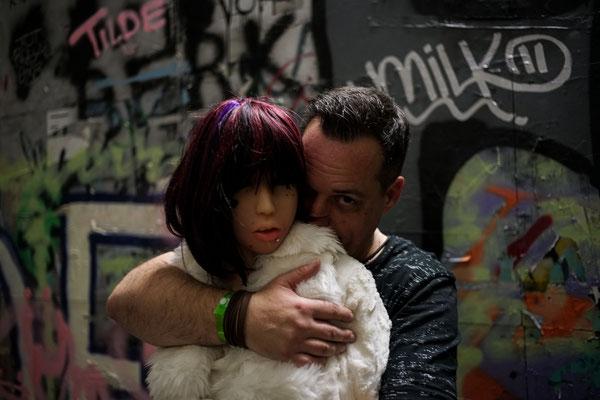 Stéphane mit Puppenfrau Erena Ichinose