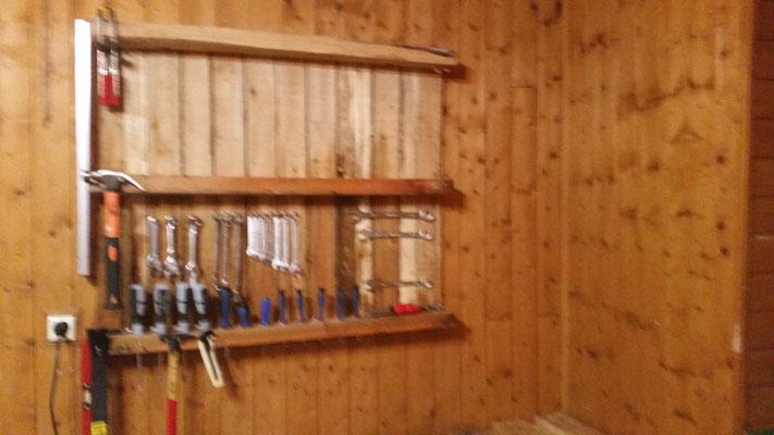 Hier ist eine Palette umgedreht an die Wand geschraubt und hier kann ich mein Werkzeug aufbewahren