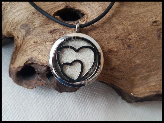 Bild 3 )Edelstahlmedaillon mit Herzen, gefüllt mit einer Fellplatte, Grösse 30mm. Preis: 52 Euro