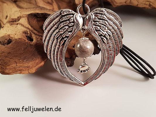 Bild 8) Antiker Flügelanhänger mit einer gefüllten Glasperle (16mm) und einer silbernen Pfote. Preis: 30 Euro