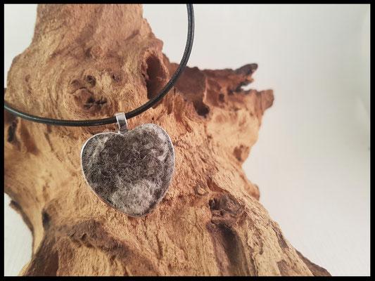 Bild 12) Silberner Herzanhänger mit einem Fellherz ( nur aus gebürsteten Haaren machbar). Preis: 25 Euro