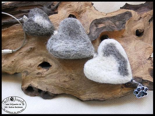 Bild 1)Fellherzen in verschiedenen Farben und unterschiedlichen Grössen . Preis: 65 Euro