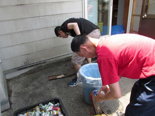 空き缶リサイクル作業