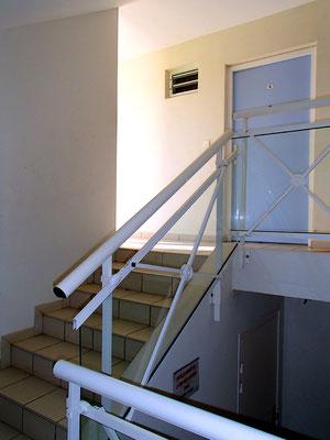 L'entrée du studio, l'escalier et le palier, clairs et régulièrement nettoyés.