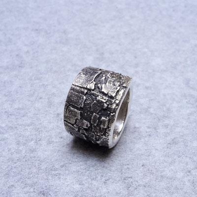 Silberring, geschwärzt, 245 Euro