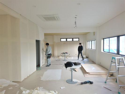 愛知県長久手市 卓球場の激安リフォームのクロス張替え