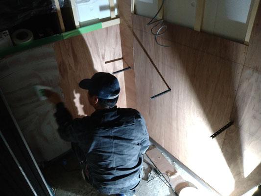 愛知県名古屋市にてトイレにエコカラットを施工中!