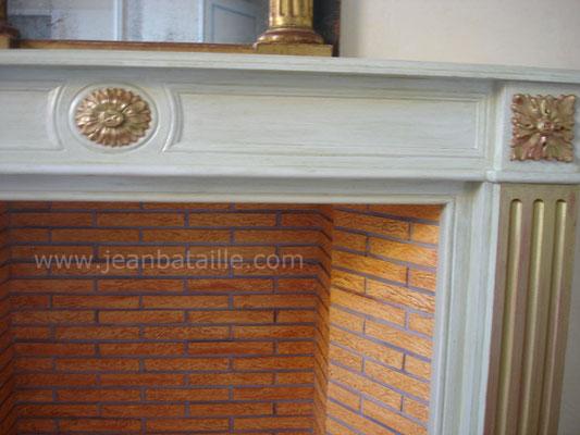 Gros plan sur détail décoration cheminée en staff