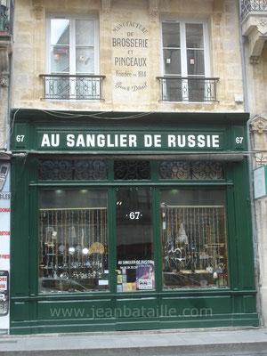 """Rénovation des lettres peintes sur la façade et sur le mur du """"Sanglier de Russie"""""""