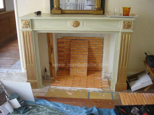 Pose d'une cheminée en staff,  pose de fausses briquettes