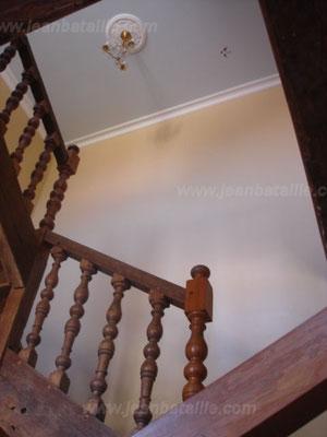Cage d'escalier peinte avec pose de corniches et rosaces et décoration en acrylique