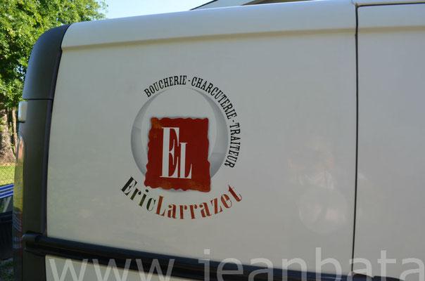 Gros plan sur lettres peintes sur le côté du camion