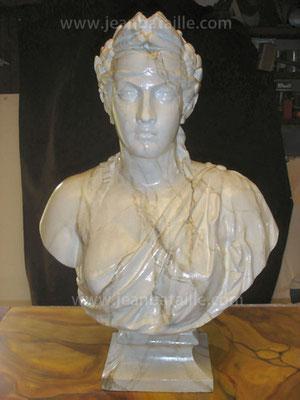 Statue de plâtre Marianne en faux-marbre blanc veiné