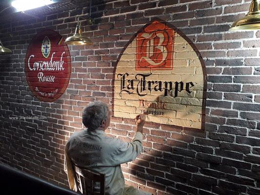 reproduction de sigle de bière belge peint sur briquettes