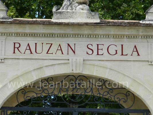 Rénovation lettres peintes sur fronton en pierre