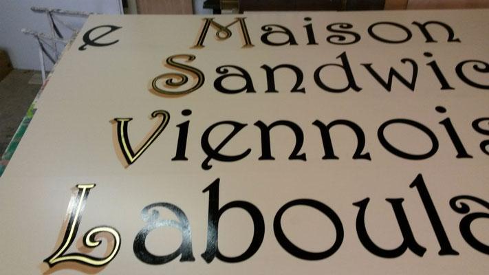 Fond et lettres peintes avec liseret or sur tole en alu