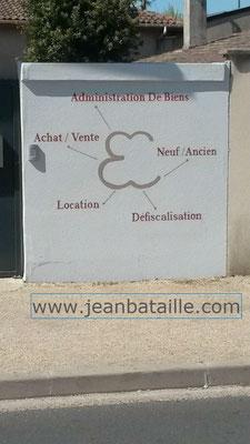 Lettres peintes en acrylique sur mur ciment