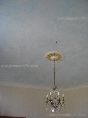 """Plafond en """"ciel"""" pose de la rosace, peinture, feuille d'or et décoration en glacis"""