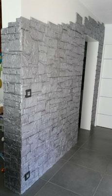 Vieux mur en staff avec peinture argent