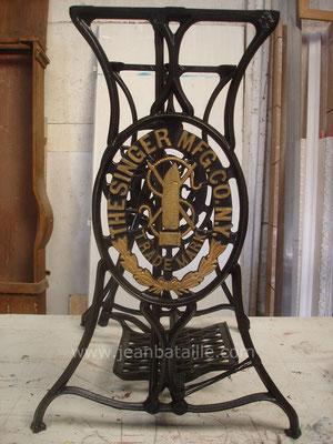 Machine à coudre rénovée en peinture noire et or