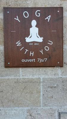 Logo et lettres peintes en laque blanche sur panneau en bois Sipo