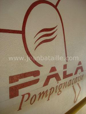Gros plan des lettres du sigle de l'association de Pala