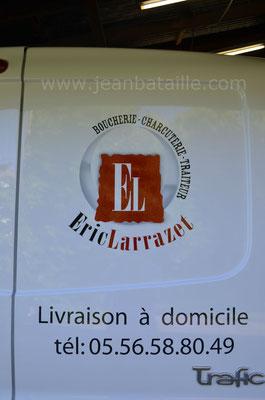 Gros plan sur lettres peintes de l'arrière du camion