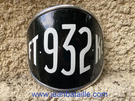 plaque de moto en lettres peintes