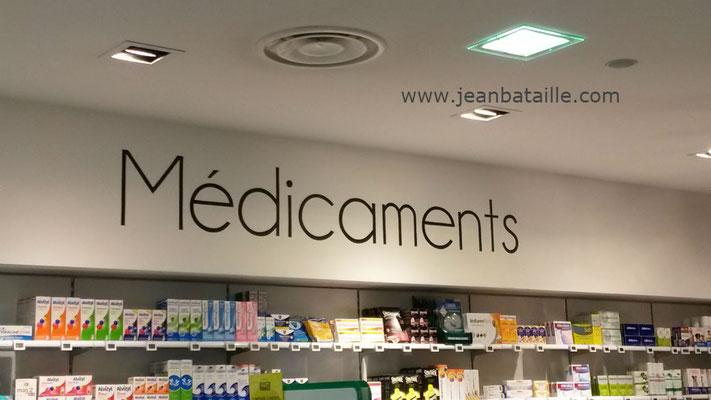 Lettres peintes en acrylique sur mur intérieur de pharmacie