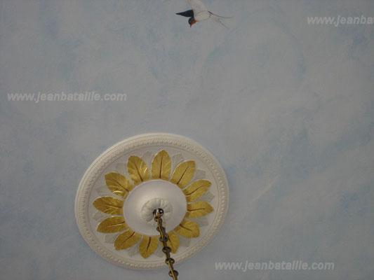 """détail plafond en """"ciel"""" pose de la rosace, peinture, feuille d'or et décoration en glacis"""