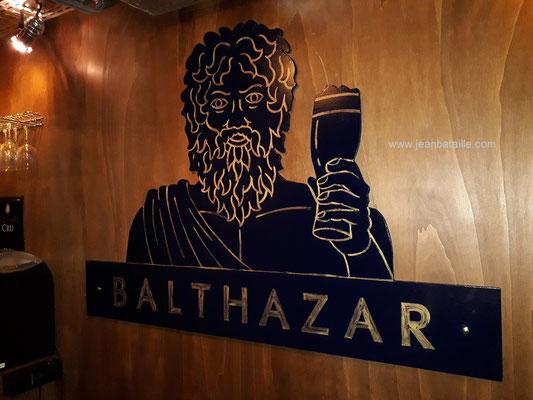 sigle du bar Balthazar en contreplaqué découpé