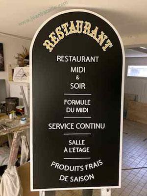 Menu de restaurant en contreplaqué peint avec lettres peintes