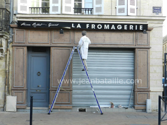 Lettres peintes sur fronton de la façade