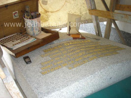 Rénovation sur pierre tombale : Lettres gravées peintes en feuille d'or