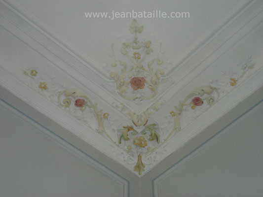 Plafond peint et  décoration de l'angle de la corniche en glacis