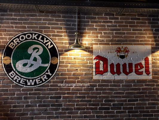 reproduction de sigle de bière belge et américaine peint sur briquettes